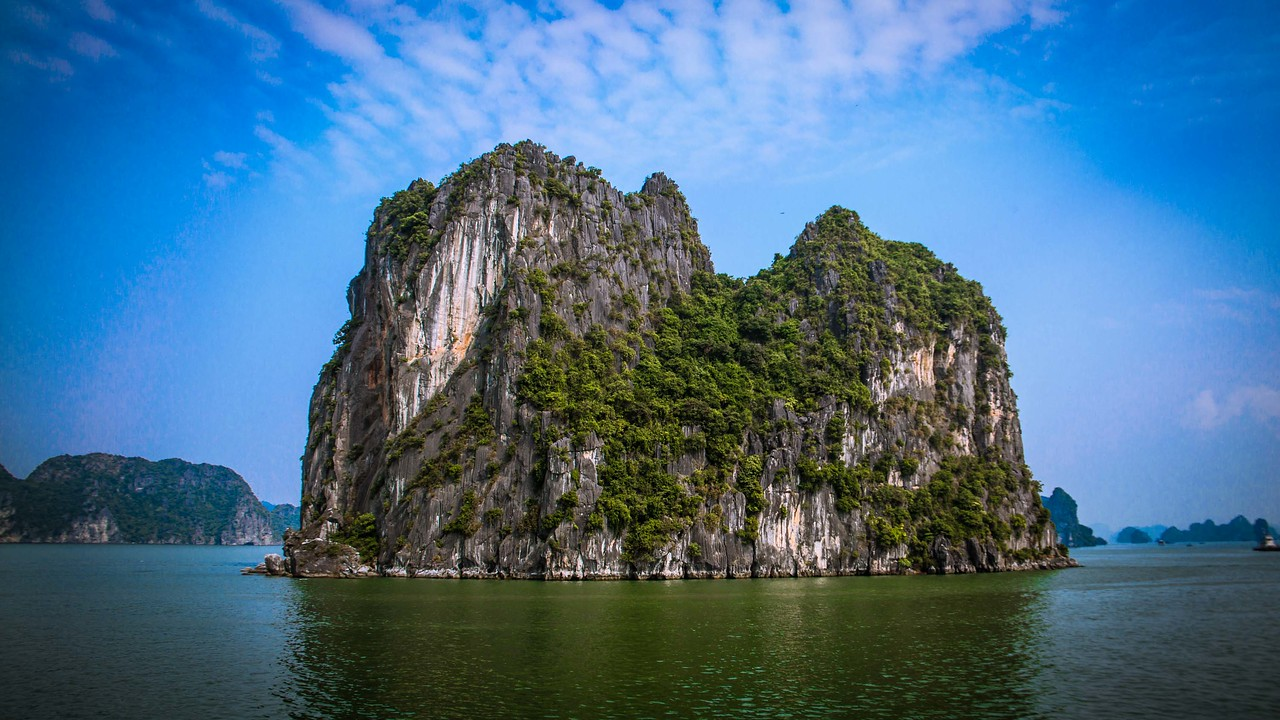 Bai Tu Long Bay karsts