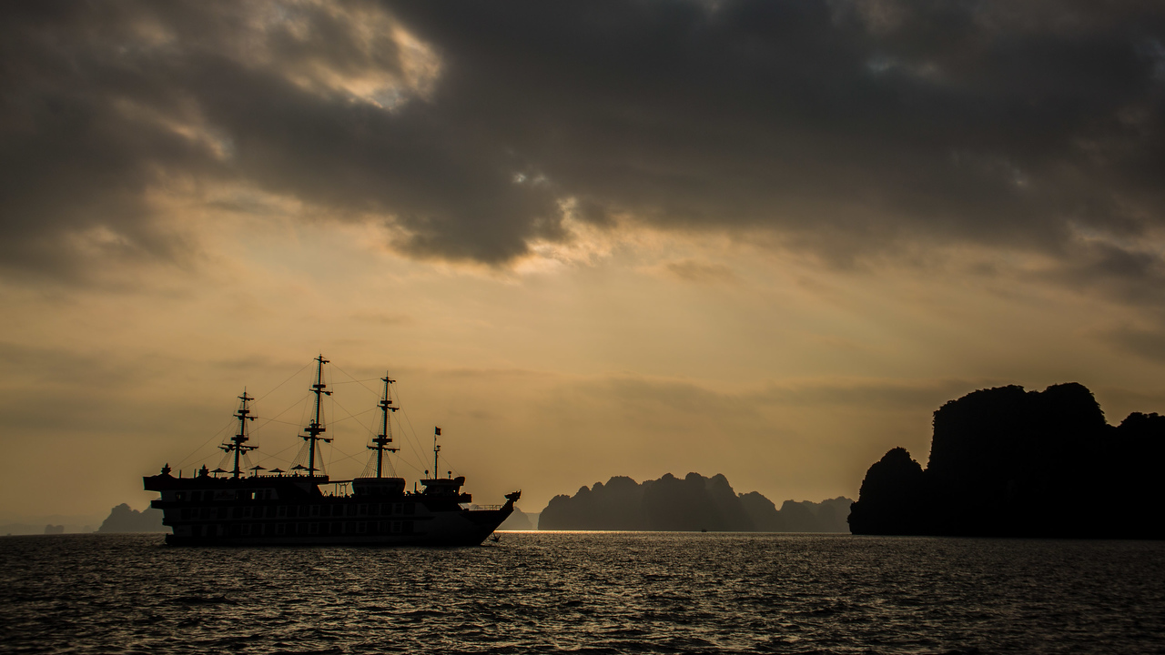 Bai Tu Long Bay sunrise