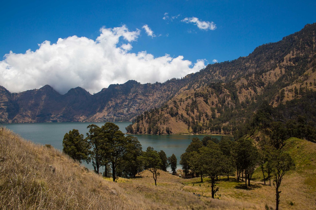 Mount Rinjani trek lake view